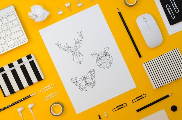 Mock-up di carta vista dall'alto su sfondo giallo