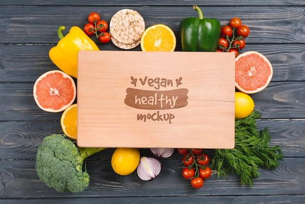 Mock-up di cibi vegani freschi e sani