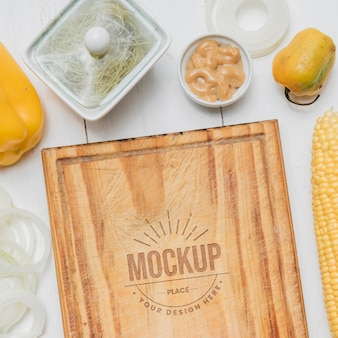 Mock-up di cibo sano in tavola di legno