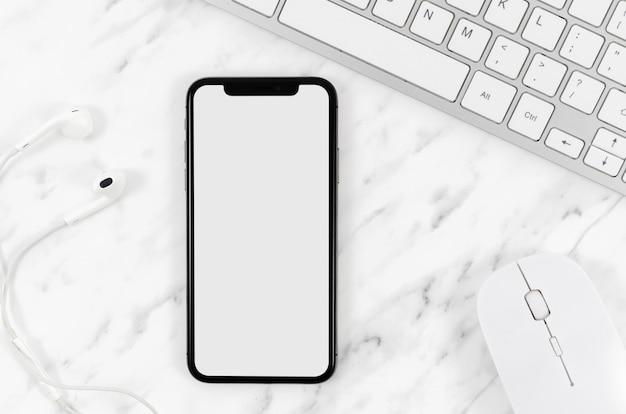 Mock-up di smartphone con vista dall'alto con auricolari e mouse