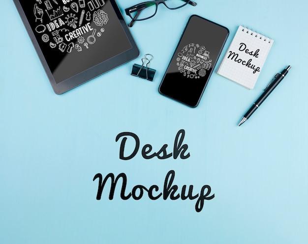 Mock-up elektronische apparaten op het bureau