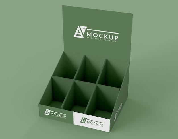 Mock-up espositore verde minimalista ad alto angolo