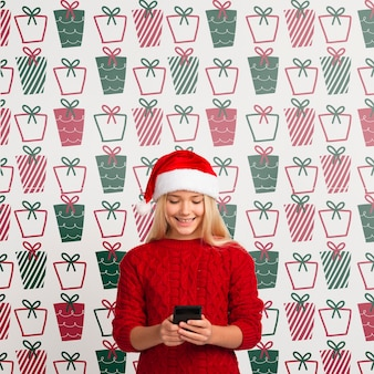 Mock-up jong meisje op zoek naar mobiel