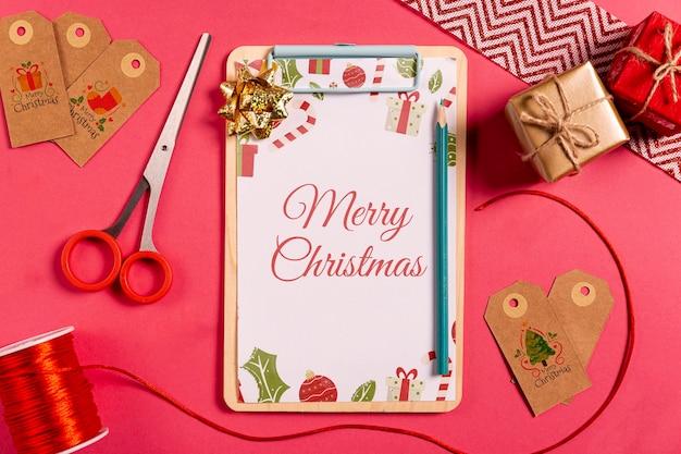 Mock-up klembord met labels en geschenken