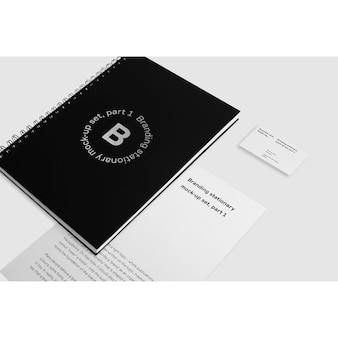 Mock up de libreta negra con tarjeta de presentación