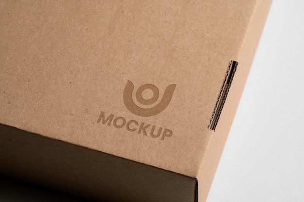 Mock-up logo-ontwerp op kartonnen doos