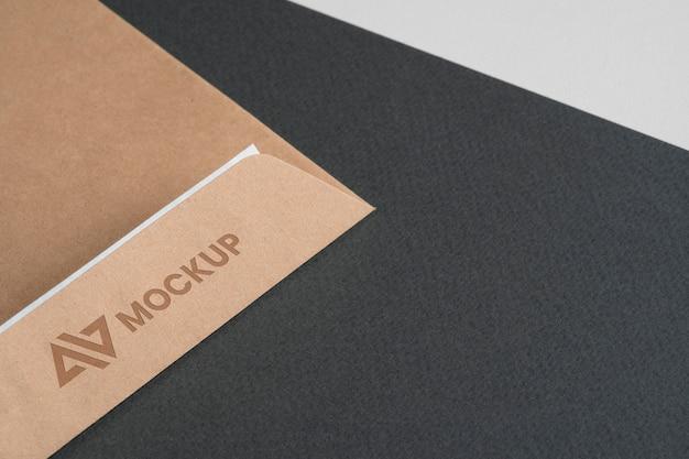 Mock-up logo-ontwerpbedrijf op enveloppen