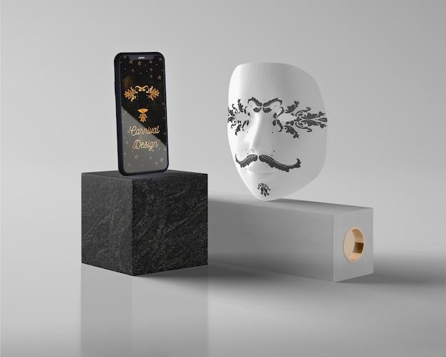 Mock-up maschera di carnevale sulla scrivania