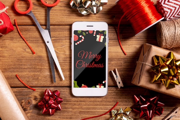 Mock-up met kerstcadeaus en mobiele telefoon