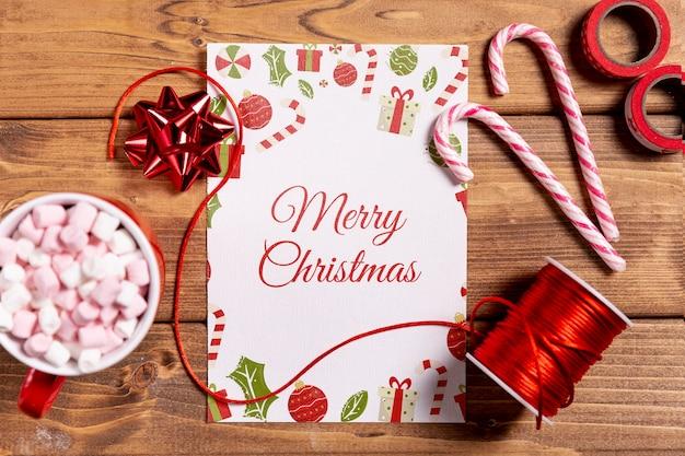 Mock-up met kerstcadeaus en snoepjes