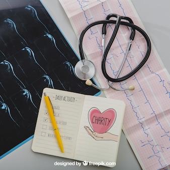 Mock up met medische apparatuur en notitieboekje