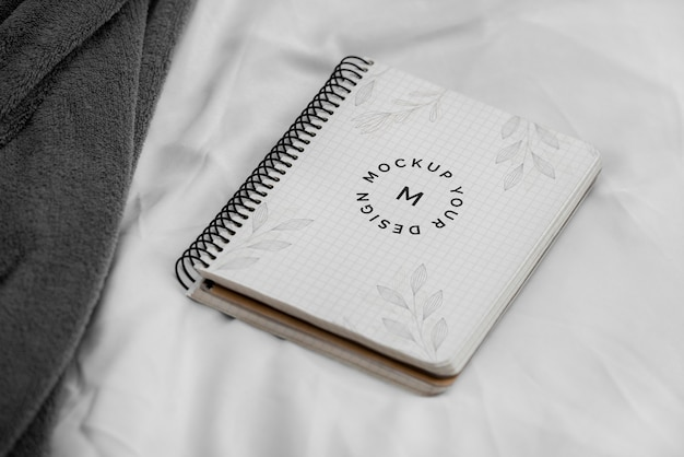 Mock up notebook op bed