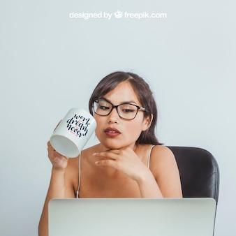 Mock up ontwerp met vrouw en koffie mok