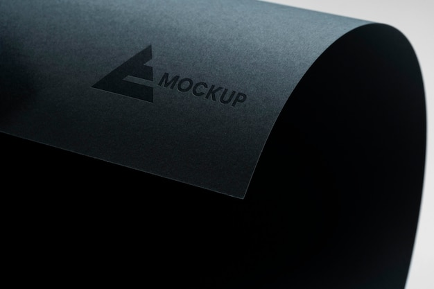 Mock-up opgerold logo-ontwerpbedrijf