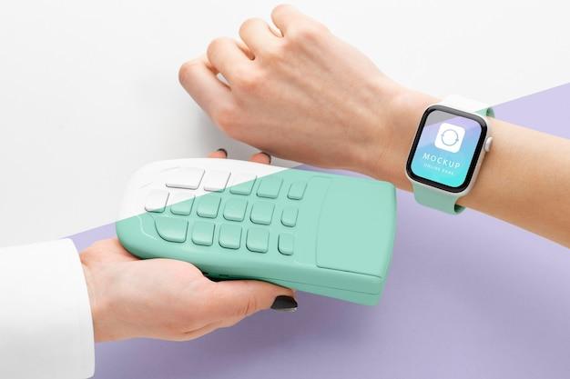 Mock-up de pago electrónico con reloj inteligente
