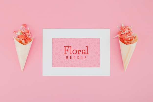 Mock-up piatto con fiori in coni di carta