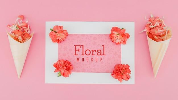Mock-up piatto laici e coni di carta con fiore