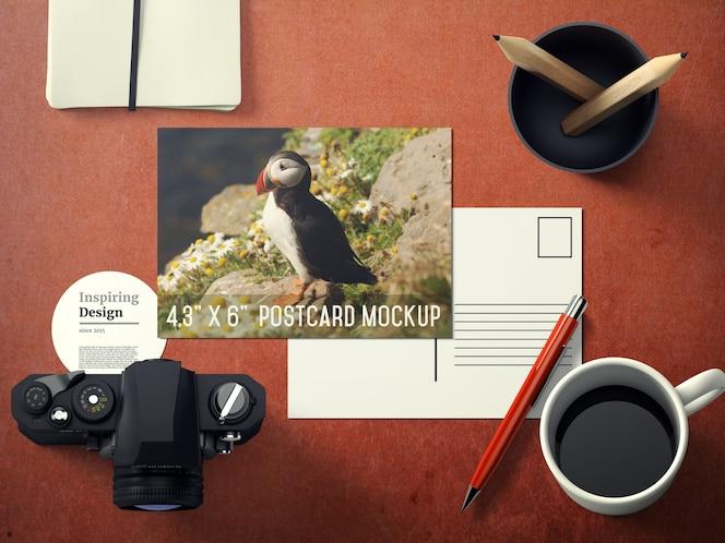 Mock up de postal sobre escritorio