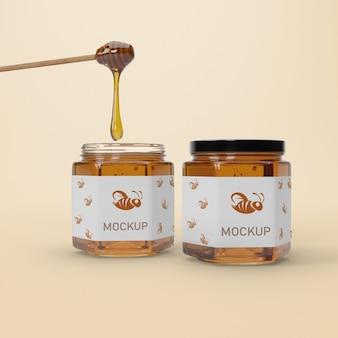 Mock-up potten met honing op tafel