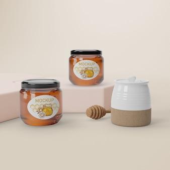 Mock-up potten op tafel met honing