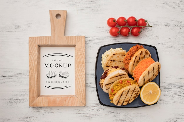 Mock-up sandwiches en tomaten bovenaanzicht