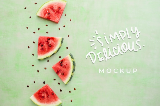 Mock-up semplicemente delizioso con fette di anguria