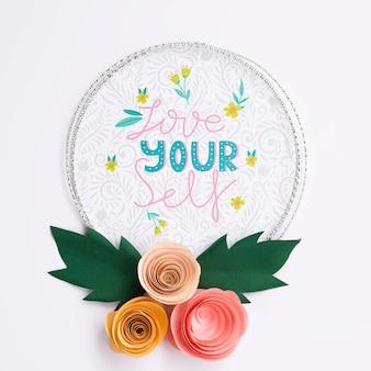 Mock-up sier bloemenframe met motiverende boodschap