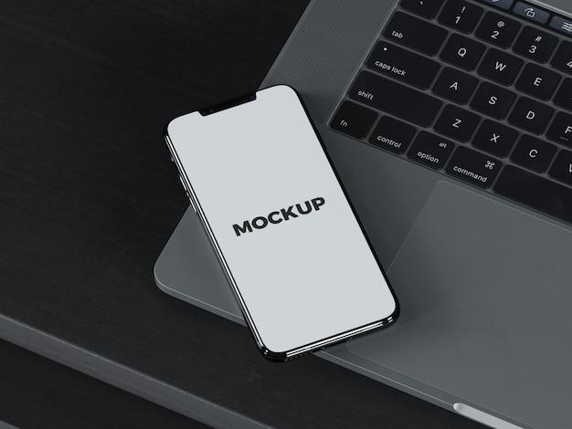 Mock up de smartphone sobre portátil