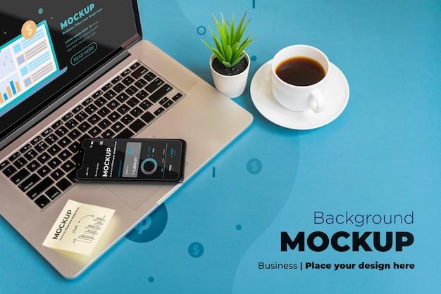 Mock-up sul posto di lavoro ad alto angolo con laptop