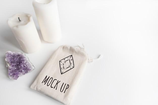 Mock up de tarot deck en bolsa de algodón, amatista y velas