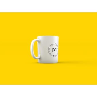 Mock up de taza sobre fondo amarillo