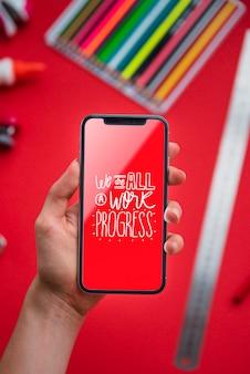 Mock-up telefoon met positieve qoute