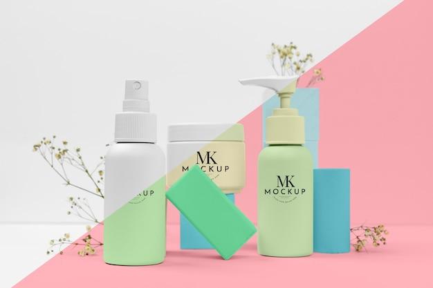 Mock-up van de volledige set flessen met schoonheidsproducten