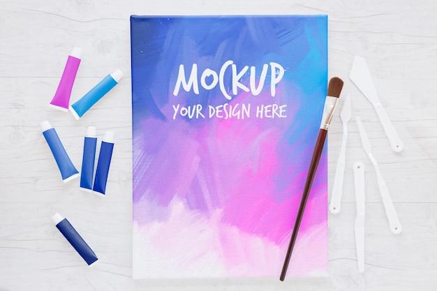 Mock-up van gekleurd canvas en penseel