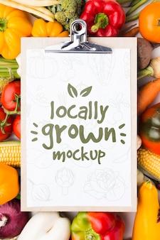 Mock-up van lokaal geteelde groenten op klembord