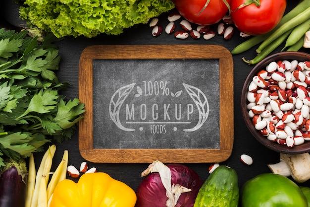 Mock-up van lokaal geteelde groenten op schoolbord