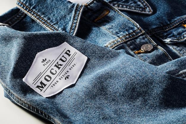 Mock-up van stoffen kledingpatch op denim