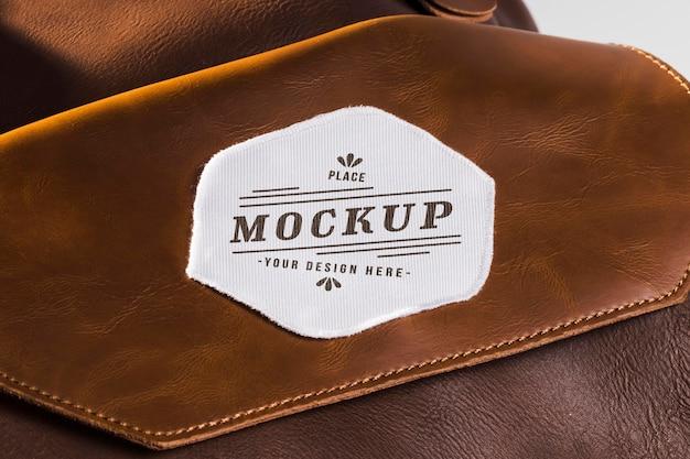 Mock-up van stoffen kledingstuk op leren tas