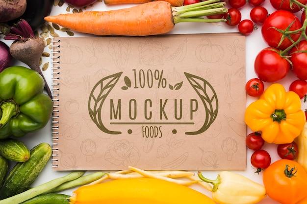 Mock-up van tomaten en lokaal geteelde groenten