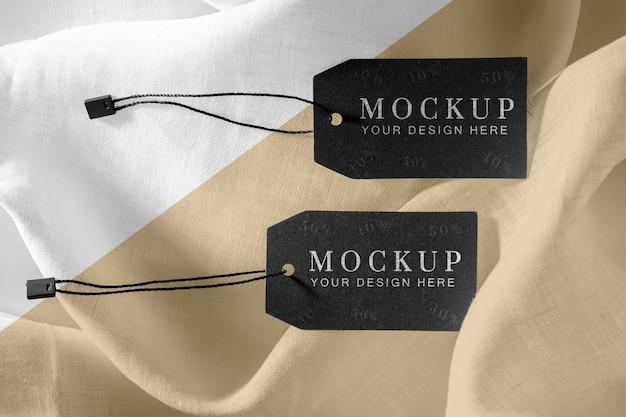 Mock-up van zwarte kledinglabels op zachte stof