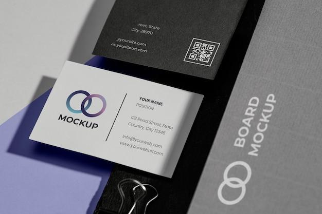 Mock-up voor kantoorbenodigdheden met papier