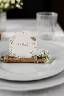 Mock-up voor tafelweergave met papieren kaart met bloemen