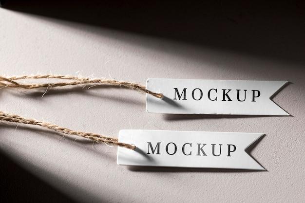 Mock-up witte prijskaartjes hangen