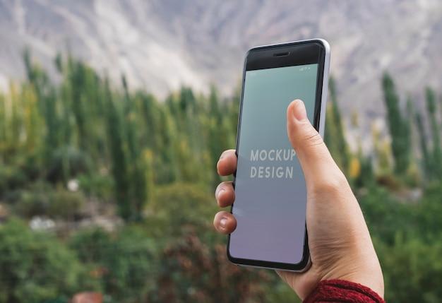 Mock-upontwerp voor mobiele telefoons door de himalaya-bergen