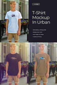 Mock-ups van een langwerpig t-shirt op een jonge man