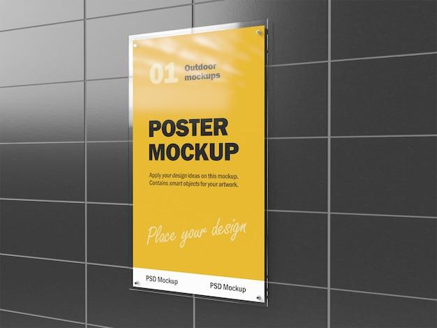 Mockup 3d di poster all'aperto sotto vetro appeso sulla parete piastrellata