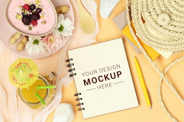 Mockup-aantekeningen met rieten zak, sinaasappelsap en dessert