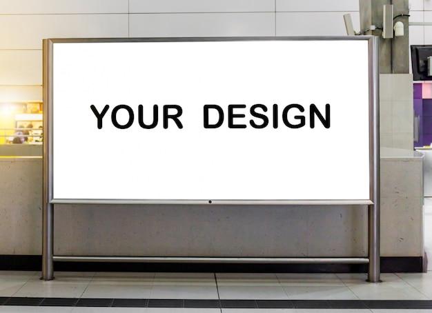 Mockup afbeelding van leeg billboard wit scherm posters en geleid in het metrostation voor reclame