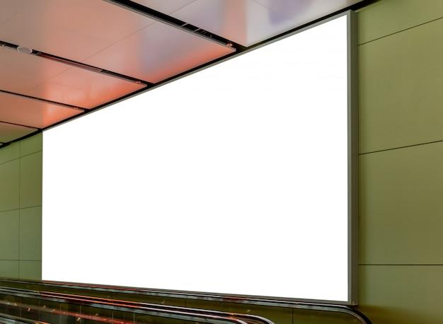 Mockup-afbeelding van lege billboard-posters en geleid in het terminalstation voor reclame