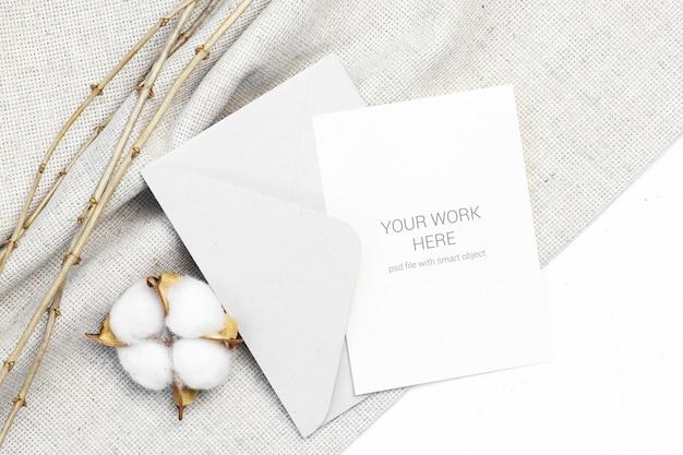 Mockup-ansichtkaart met katoen en envelop